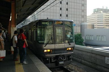 Image0020 223系。まるで、神戸線を走る新快速と瓜二つです。しかしながら、車内に...